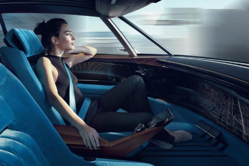La conduite à bord de la Peugeot E-Legend